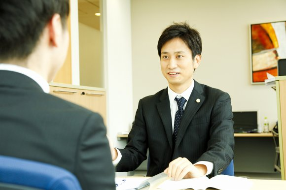 示談について説明する岡野武志弁護士